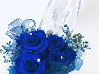 【プリザーブドフラワー青い薔薇のガラスの靴アレンジ フラワーケースリボンラッピング付き】の画像