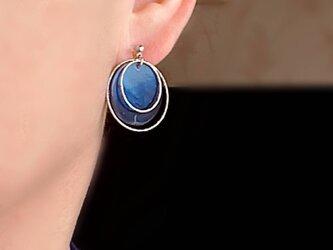 ロイヤルブルーのシェルフープイヤリング(ノンホールピアス*ピアス)の画像