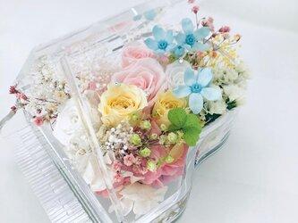 【プリザーブドフラワー/グランドピアノシリーズ】淡い色した花たちのピュアな輝きに四ツ葉のクローバーをそえて【フラワーケース付き】の画像