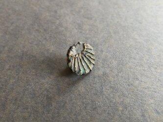 陶ラペルピン 緑青「光芒」の画像