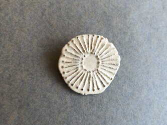 陶ブローチ 骨白 「綿毛」の画像