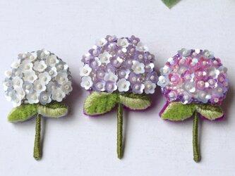 人気の紫陽花シリーズ新色、上品なパープルとホワイトのアジサイブローチshimuraさん。の画像