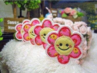 小さなお花のスマイルマーク★にこにこワッペン★赤花5.5-4枚の画像