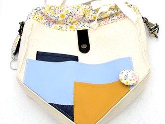 【夏の4点福袋】ポケット好きさんの為のペンタゴン(5角形)巾着ショルダーバッグ ホワイト×イエローフラワーの画像