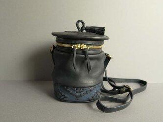 shoulder pot bag -orient (black×blue)の画像