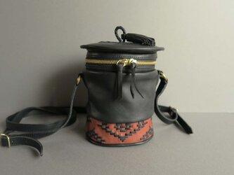 shoulder pot bag -orient (black×reddish brown)の画像