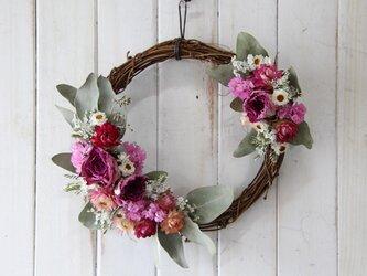 ピンクのバラのツーポイントリースの画像