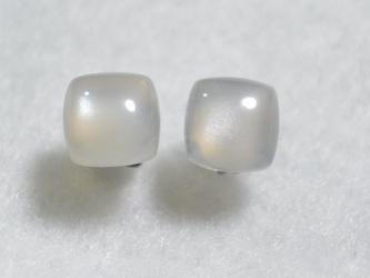 (1点もの)ホワイトムーンストーンのスタッドピアス(8mm・チタンポスト)の画像