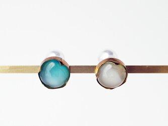 乳白色系ガラスのピアスの画像