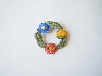 [受注制作]お花たちのつながるリースの刺繍ブローチ(un)の画像