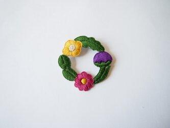 [受注制作]お花たちのつながるリースの刺繍ブローチ(trois)の画像