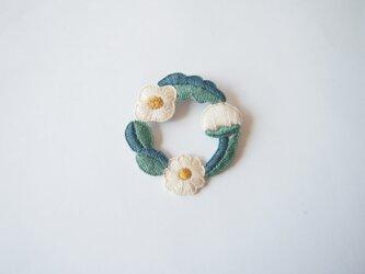 [受注制作]お花たちのつながるリースの刺繍ブローチ(quatre)の画像