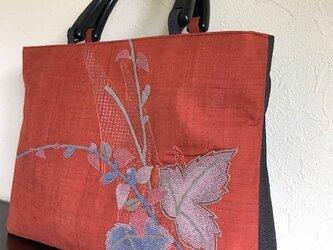 フレンチナッツ刺繍の三角マチの手提げの画像