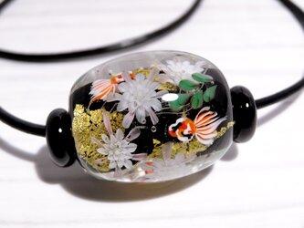 月下美人と金魚のとんぼ玉(ガラス玉)金箔入りの画像