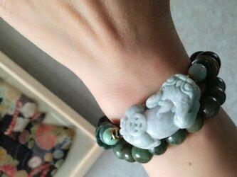 墨黒の黒翡翠/ネフライトとミャンマー翡翠ヒキュウ彫り珠のブレスレットの画像
