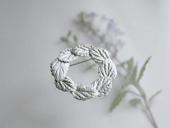 タツナミソウの葉っぱのブローチの画像
