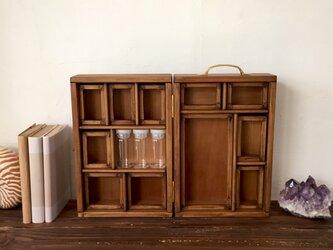 持ち手付き標本箱と棚のセット。の画像