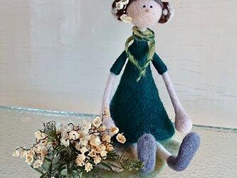 スズランの花束を持つ女の子(Flower girlシリーズ)の画像