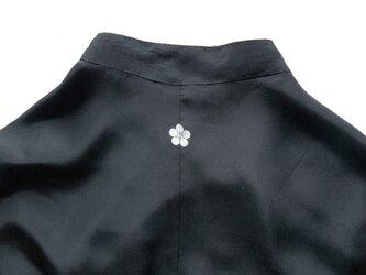 ブラック(黒)シルクスタンドカラーシャツ、家紋入りの着物リメイク MOMOZONO originalの画像
