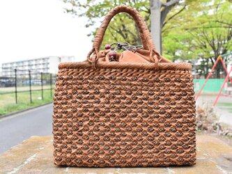 山葡萄(やまぶどう)籠バッグ   小柄花模様編み   巾着と中布付き   (約)幅32cmx高さ23cmx奥行10cmの画像
