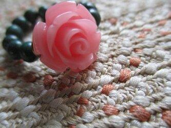 古い花彫り珠と古いとんぼ玉の指輪 護符石リングの画像
