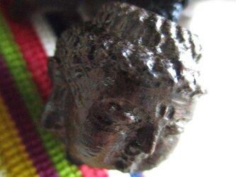 唐木銘木 観音頭仏彫刻珠 とミャンマー翡翠のお紐仕立て飾り物・ストラップの画像