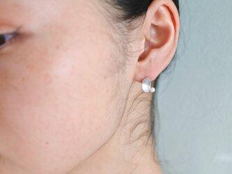 白い実のピアス-oval-の画像