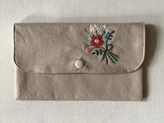 花の刺繍のマスクポーチ(ブーケ、カフェオレ)の画像