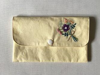 花の刺繍のマスクポーチ(ブーケ、イエロー)の画像