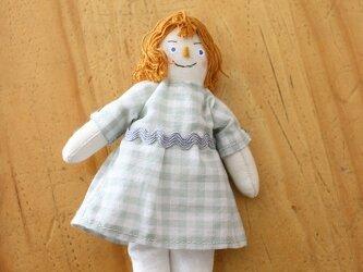 小さなお人形のキーホルダー(グレーの女の子)の画像
