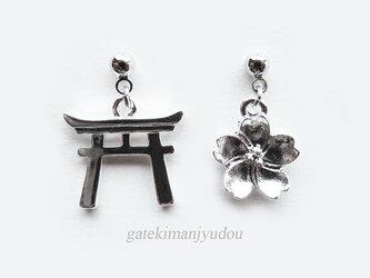 鳥居と桜のピアス【イヤリング等変更可】の画像