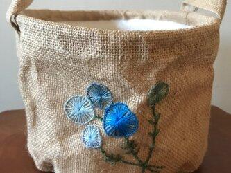 花の刺繍のジュートバスケット(麻かご)の画像