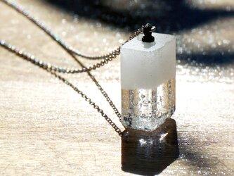 純白透明ガラスのネックレス - 「 白のかおり 」#3 ● 高さ20mmの画像