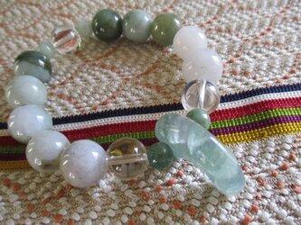 期間限定 バゴー産水晶と特大フローライト勾玉 ミャンマー翡翠のブレスレットの画像