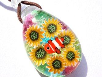 《ひまわりとカクレクマノミ》 ペンダント ガラス とんぼ玉 向日葵 熱帯魚の画像