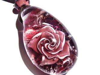 《アンティークローズ》 ペンダント ガラス とんぼ玉 薔薇 バラ の画像