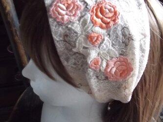 薔薇刺繍のレースのヘアバンドの画像
