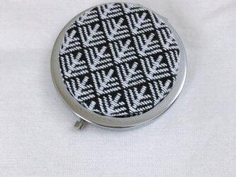 こぎん刺しの飾りコンパクトミラー〈松笠〉SIの画像