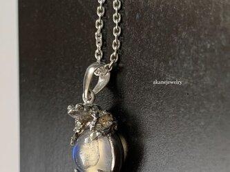 月にかえる レインボームーンストーンとカエルのネックレスの画像