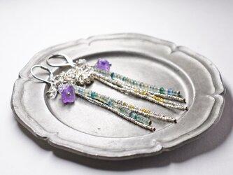 小さなローマングラスと、カレンシルバー、ハーキマーダイヤモンド、アメジストの4連ピアスの画像