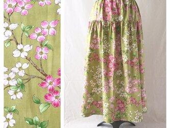 色と柄を楽しむティアードスカート(ハナミズキ)の画像