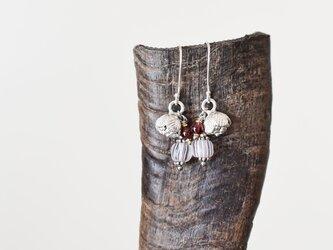 コロンと丸いお花カレンシルバーとグーズベリー、ガーネットのピアス(薄桃)の画像
