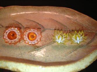 蓮とお花の小さな彫刻ピアスの画像