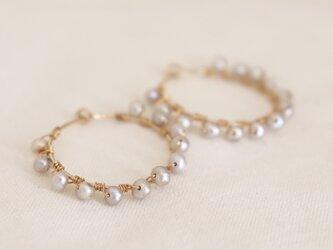 simple hoop earrings - pearlsの画像
