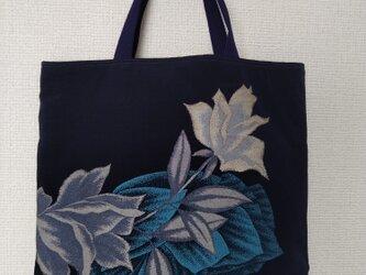 モダンな花模様のかばんの画像
