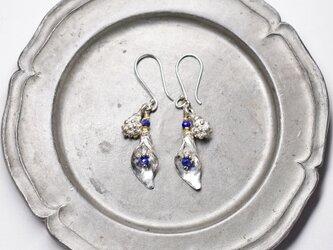 ラピスとハーキマーダイヤモンド入れたボタニカルカレンシルバーのピアスの画像