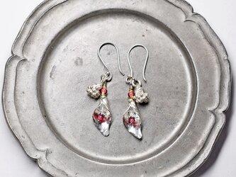 金赤ホワイトハーツとハーキマーダイヤモンド入れたボタニカルカレンシルバーのピアスの画像