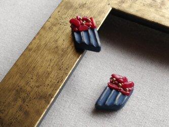 『珊瑚としのぎ模様』耳飾り -紺- ピアス/イヤリング サンゴ ネイビー f-88の画像