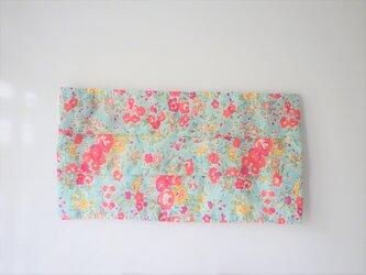 プリーツマスクカバー ブルーに赤い小花の画像