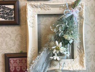 ホワイトフレームのシャビーシックな草花のスワッグの画像